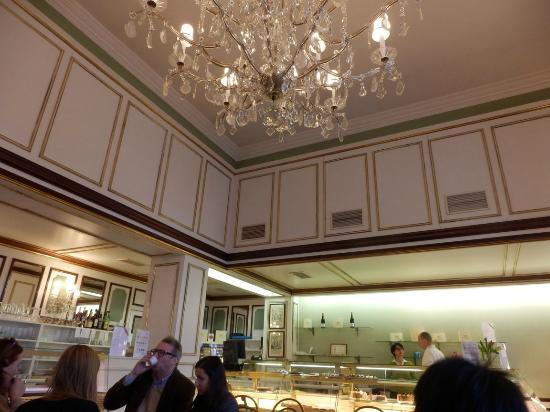 Sluka Cafe Konditorei: 可愛らしい雰囲気の店内。観光客よりも地元の人が多かった印象