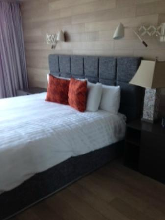 Oceanfront Suites at Cowichan Bay: king sized bed, very comfy mattress and firm pillows