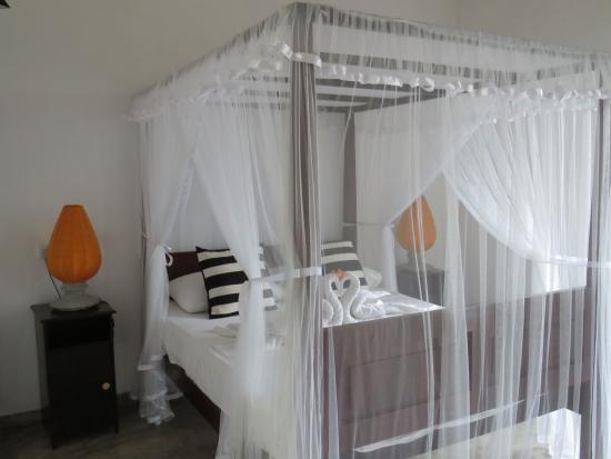 Suhada Villa: Beautiful four poster beds