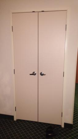 Fairfield Inn & Suites Bloomington: We didn't have a whirlpool tub but a closet that was locked!