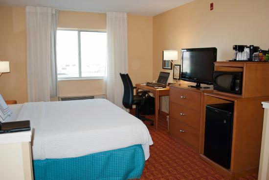 Fairfield Inn Joplin: Room 315 bedroom with work desk, tv, fridge/microwave