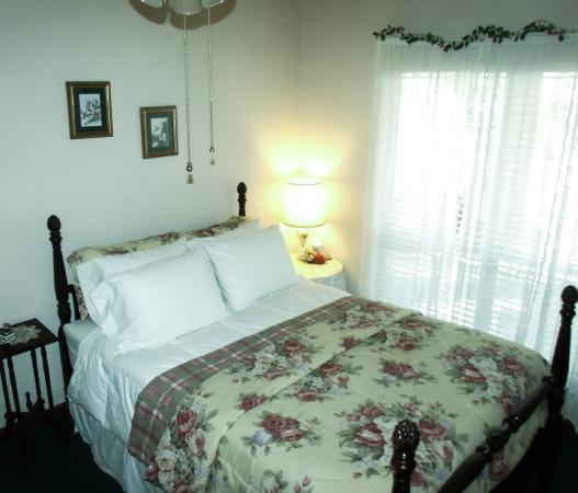 Woodridge Bed and Breakfast of Louisiana: Azalea Room (standard queen)