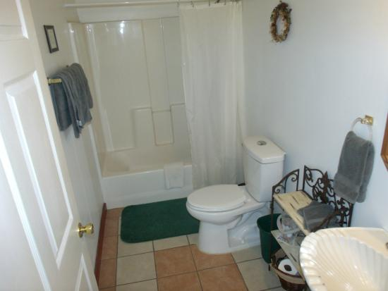 Woodridge Bed and Breakfast of Louisiana: Example of Standard room bathroom - tub/shower combo