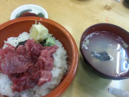 Auga: 市場食堂の中落ち丼、鮭の粕汁つき。