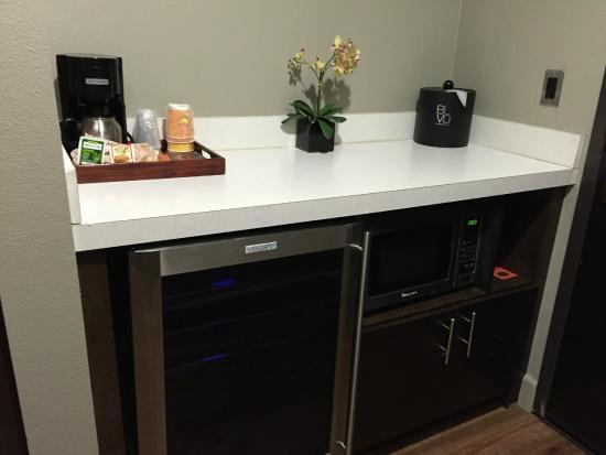 BLVD Hotel & Suites: Empty wine fridge & complimentary coffee/tea