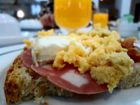 Stay Hotel Evora Centro: Breakfast - Orange juice, traditional bread, salame, cheese and scrambled eggs
