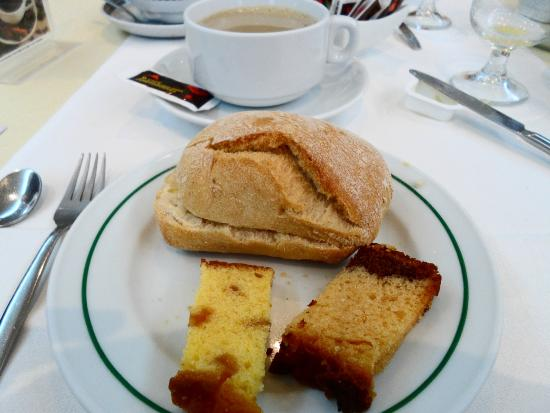 Stay Hotel Evora Centro: Breakfast - bread and butter, cake, coffee and milk