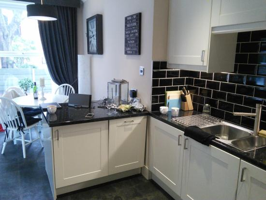 The Lennox Lea Hotel: kitchen in apartment