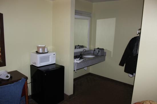 Weathervane Motor Court: Small micro, fridge and sink area