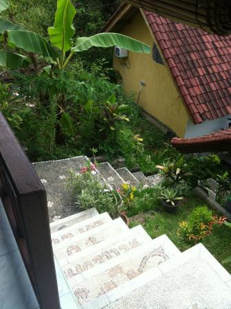 Warung Ary and Homestay: Ступени между бунгало.