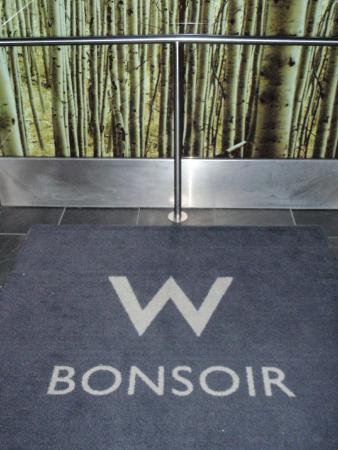 W Montreal, et le jour, évidemment, le tapis d'ascendeur vous dit bonjour!