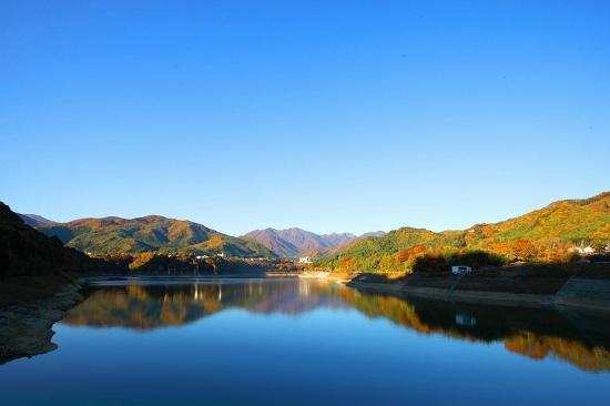 眼下に広がる赤谷湖(あかやこ)