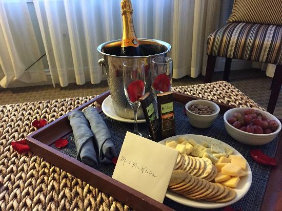 Waters Edge Hotel: Romantic Welcome