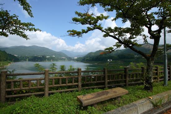 赤谷湖の遊歩道はウォーキングやジョギングに最適