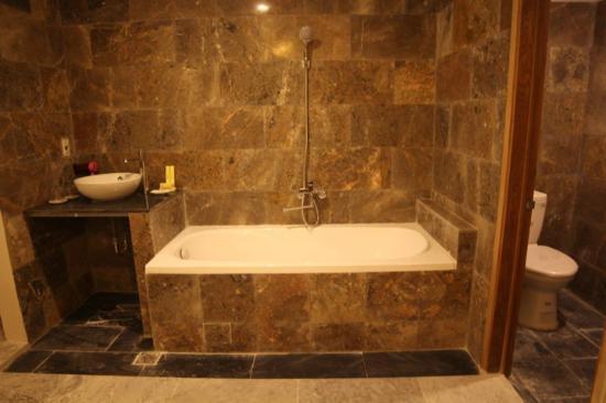 Jolie Villa Hoi An Homestay : Bathtub in some rooms