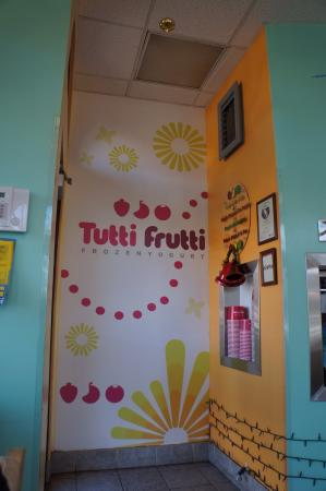 Tutti Frutti Frozen Yogurt: かわいい壁