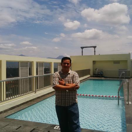 kolam renang di lantai paling atas ibis styles bandung