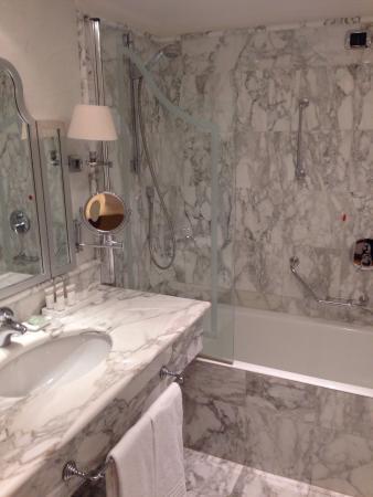 Starhotels Splendid Venice: SDB avec baignoire, wc et bidet.