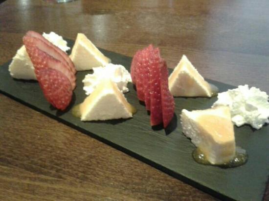 Asador La Vinoteca: Pirámides de tarta de queso y culis de níspero
