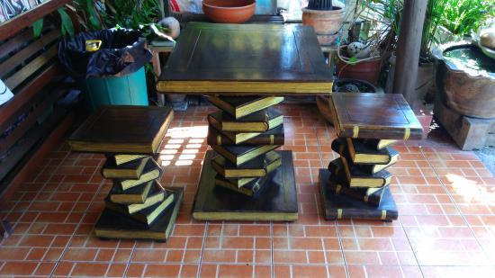 Catfish Bookshop & Restaurant : Table et sièges à l'entrée