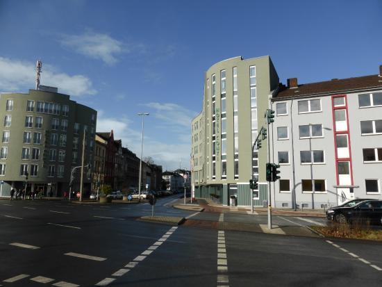 Hotel Conti Duisburg: Hotel and Annex frame the entrance to Düsseldorfer Straße