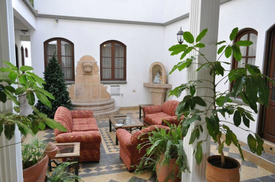 Hostal Patrimonio - Sucre: PATIO ESTILO COLONIAL
