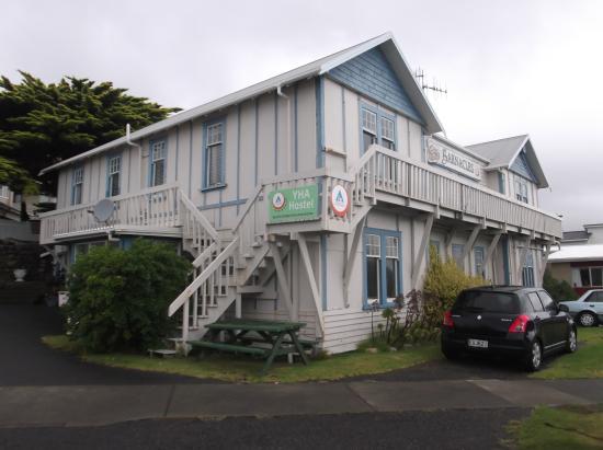 YHA Paraparaumu Barnacles Seaside Inn: 建物の前が駐車スペース