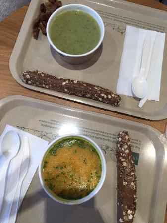 Exki Froissart: Zuppa zucca e cocco e di zucchine con pane ai cereali
