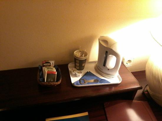Hotel Atlantis: café dans la chambre