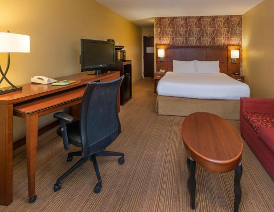 Courtyard Tuscaloosa: King Guest Room