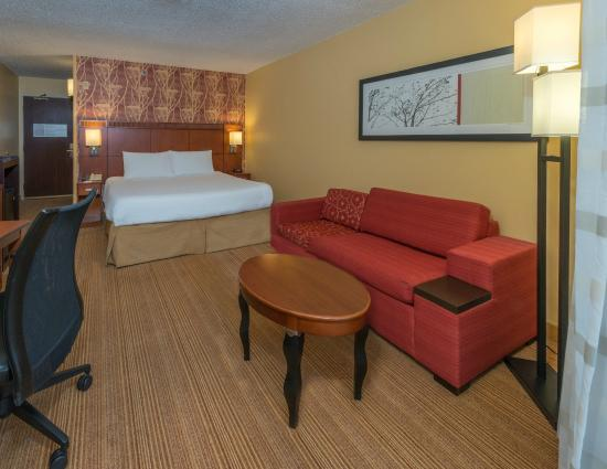 Courtyard by Marriott Tuscaloosa: King Guest Room Sitting Area