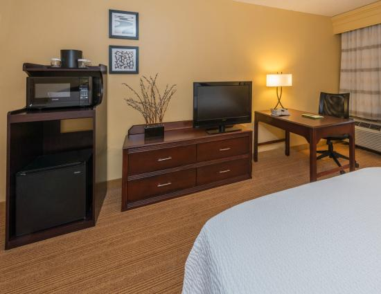 Courtyard by Marriott Tuscaloosa: Guest Room Living Area