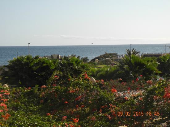 Santantao Art Resort : Blick vom Hotel über den Poolbereich und übers Meer nach Sao Vicente