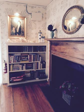 The Carlisle House Inn: Hallway on second floor landing; bookcase filled with books and games