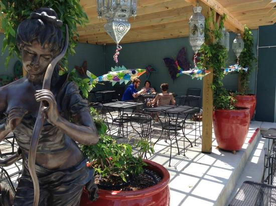 Creperie & Cafe: Patio in Summer