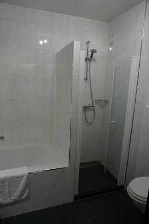 https://media-cdn.tripadvisor.com/media/photo-s/07/6a/4d/7f/van-der-valk-hotel-arnhem.jpg