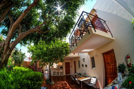 Calergi Residence: garden