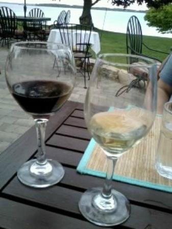 The Vineyard Inn on Suttons Bay: Sitting at the patio restuarnat