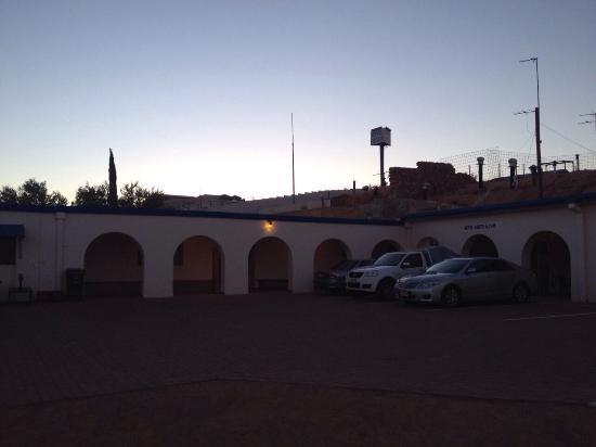 Radeka Downunder Underground Motel & Backpacker Inn: Car parking out the back