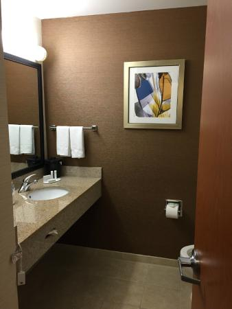 Fairfield Inn & Suites Greensboro Wendover : Bathroom