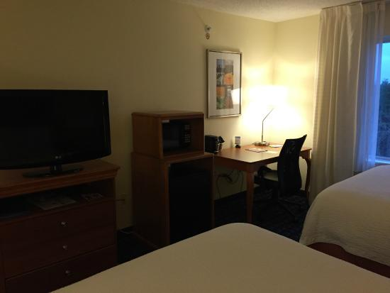 Fairfield Inn & Suites Greensboro Wendover : TV / Microwave / Refrigerator / Desk