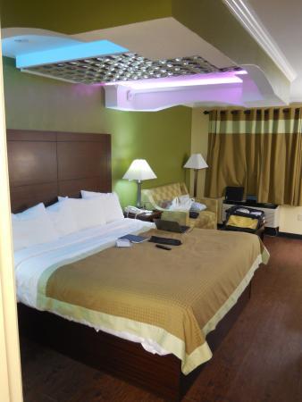Americas Best Value Inn & Suites: Large room