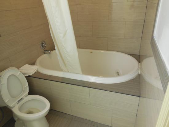Americas Best Value Inn & Suites: Large hot tub