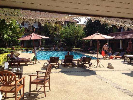 Karinthip Village: Superbe piscine entourée de toutes les chambres