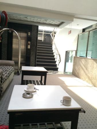Hotel Suncourt Corporate: Common area at Suncourt, Delhi. A nice breeze and it's sunny. (Feb,28,2015)