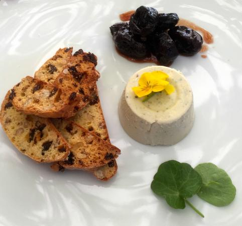 Coney Winery & Estate: Blue cheese pannacotta with walnut and raisin biscotti and red wine prunes