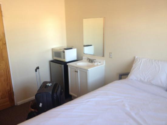 Ocean Park Hotel: Mini fridge, microwave, basin