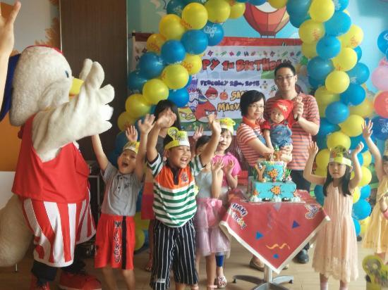 KFC Puri Indah: Chaki (maskot KFC) turut merayakan ulang tahun anak di KFC