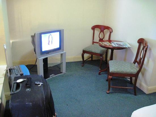 Manila Airport Hotel : TV & Lounge
