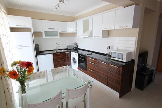 Diana Residence: 3 bedroom kitchen